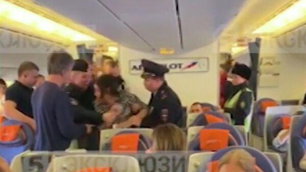 Стоп-кадр видео с борта самолета Москва — Тель-Авив, где актриса Лидия Вележева устроила дебош