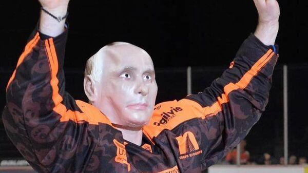 Николая Лемтюгов в маске Владимира Путина