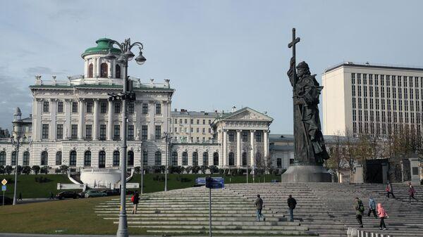Памятник князю Владимиру Святославичу и дом Пашкова