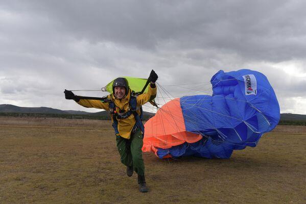 Парашютист-пожарный Читинского авиаотделения ПДПС ФБУ Авиалесоохрана Пётр Ланцев гордится работой своих коллег