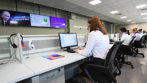 Сотрудники колл-центра Прямой линии с президентом РФ Владимиром Путиным принимают звонки и обращения через интернет