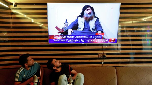 Портрет Абу Бакра аль-Багдади на экране телевизора в Ираке