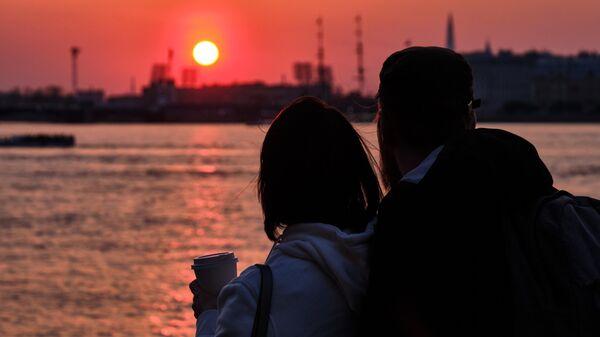 Пара встречает закат в Санкт-Петербурге