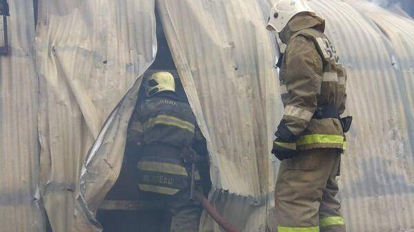 Сотрудники МЧС во время ликвидации пожара на складе с древесиной в подмосковном Чехове. 1 ноября 2019
