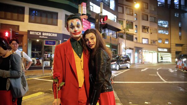 Пара в костюмах на улице в Гонконге
