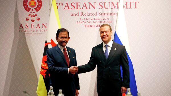 Председатель правительства РФ Дмитрий Медведев и султан Брунея Хассанал Болкиах во время встречи в рамках делового инвестиционного саммита АСЕАН-2019 в Бангкоке