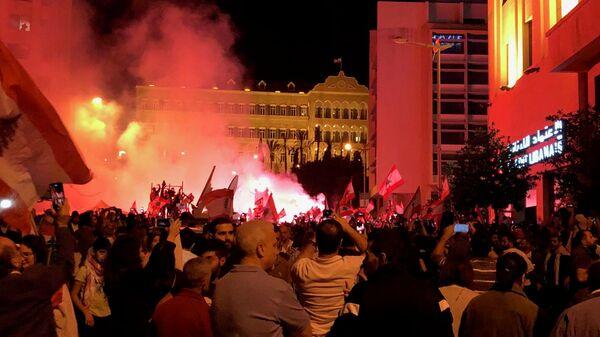 Участники антиправительственной демонстрации у здания правительства в центре Бейрута