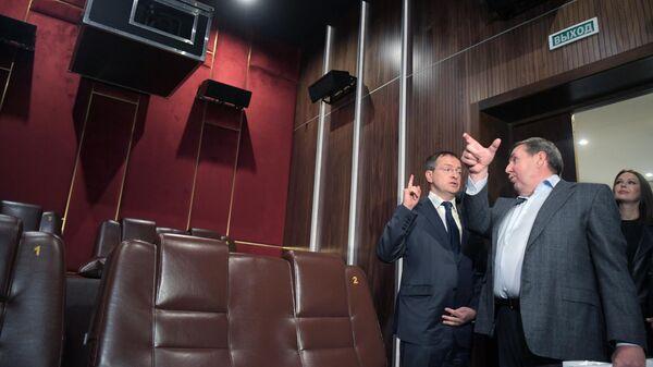 Министр культуры РФ Владимир Мединский и генеральный директор Госфильмофонда Николай Малаков (слева направо) во время открытия двух новых vip-залов в кинотеатре Иллюзион в Москве
