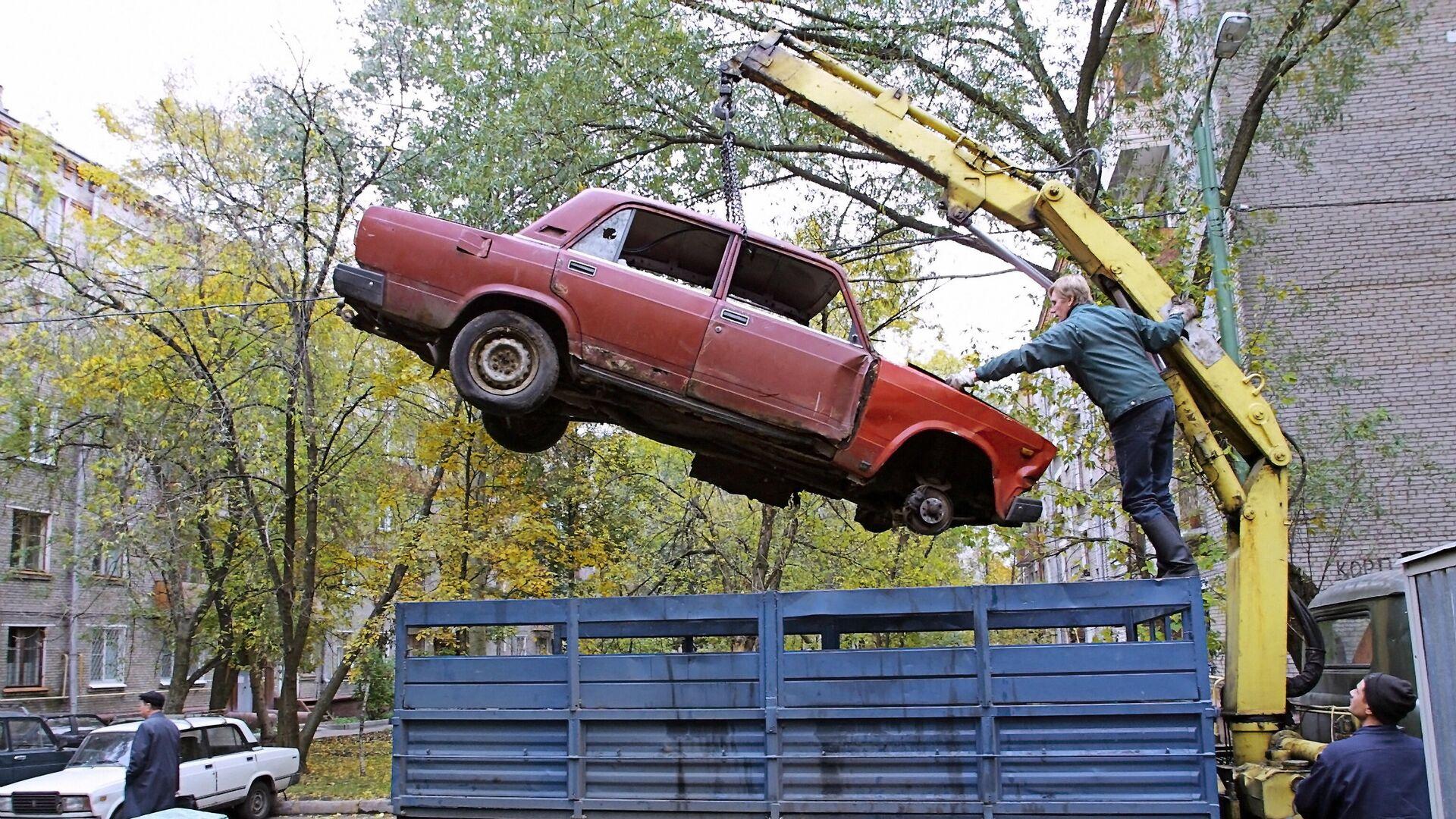 Уборка брошенных на улицах Москвы автомобилей - РИА Новости, 1920, 05.11.2019