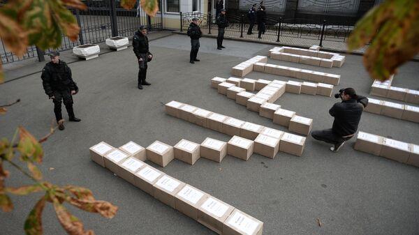 Коробки с подписями украинцев в поддержку проведения референдума о вступлении Украины в систему коллективной безопасности НАТО