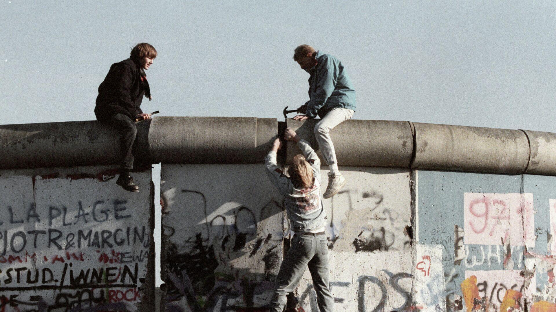 Жители ГДР ломают Берлинскую стену. - РИА Новости, 1920, 21.06.2021