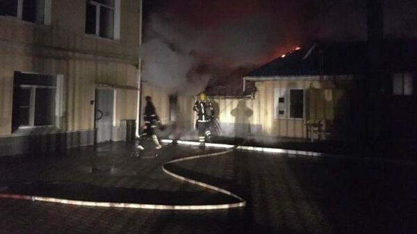 Сотрудники МЧС во время ликвидации пожара на ювелирном заводе Диамант в поселке Красное-на-Волге в Костромской области