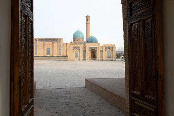 Вид на Соборную мечеть Хазрати Имам в Ташкенте