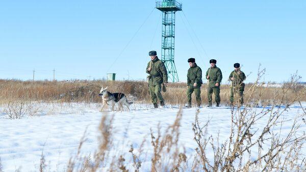 Военнослужащие пограничного управления ФСБ России в районе пункта Бугристое российско-казахстанской границы