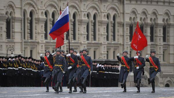 Знаменная группа во время марша, приуроченного к 78-й годовщине парада 7 ноября 1941 года на Красной площади