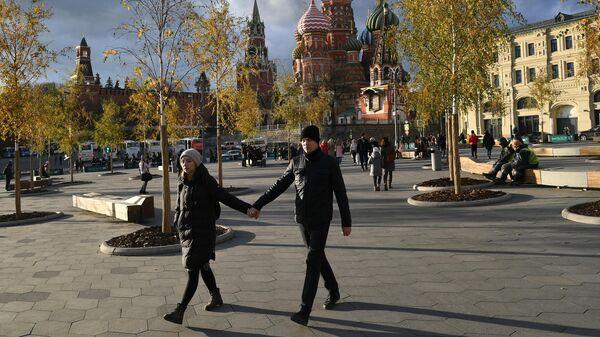 Молодые люди на Красной площади в Москве