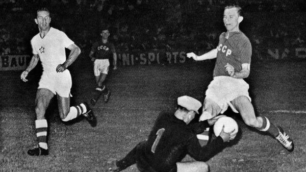 Нападающий сборной СССР по футболу Виктор Понедельник (справа) в полуфинальном матче Кубка Европы 1960 года