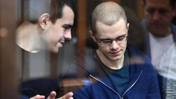 Участники движения Новое величие Руслан Костыленков и Вячеслав Крюков, обвиняемые в участии в экстремистской организации, на заседании Люблинского районного суда города Москвы.