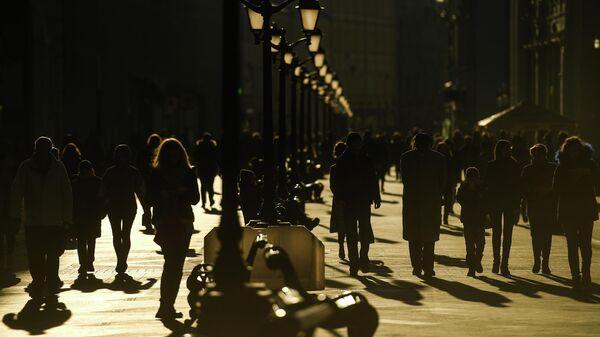 Поток людей на московской улице