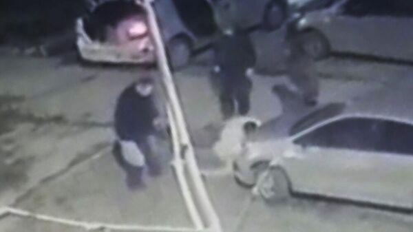 Кадр из видео, на котором таксисты избивают пассажира