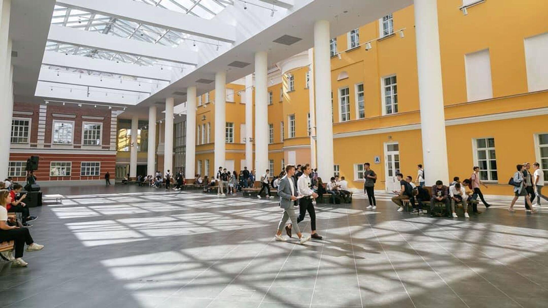 Студенты в здании Высшей школы экономики на Покровском бульваре - РИА Новости, 1920, 02.02.2021