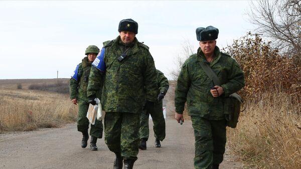 Члены СЦКК в селе Петровское в Донецкой области, где должен состояться отвод сил бойцов подразделений ДНР