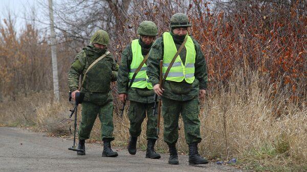 Саперы Народной милиции ДНР перед началом отвода подразделений из участка возле села Петровское