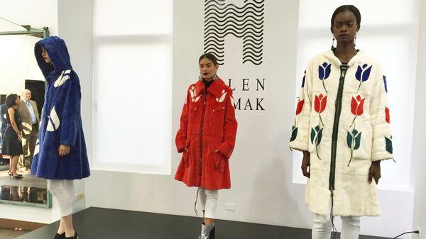 Модели демонстрируют шубы российского дизайнера Елены Ярмак во время Недели моды в Нью-Йорке