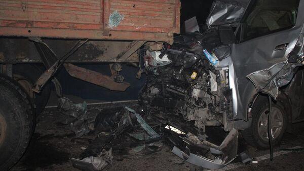 На месте столкновения микроавтобуса с КАМАЗом в Новоселовском районе Красноярского края. 10 ноября 2019