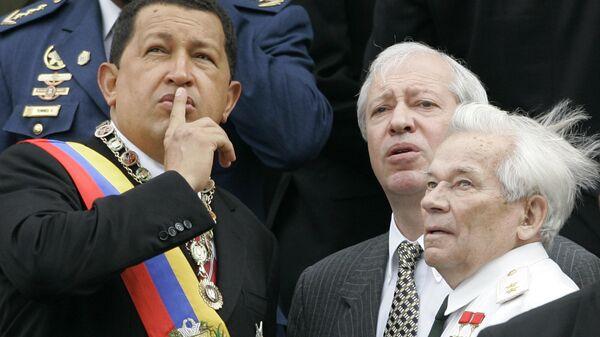 Президент Венесуэлы Уго Чавес и конструктор-оружейник Михаил Калашников во время празднования Дня независимости в Каракасе. 5 июля 2006