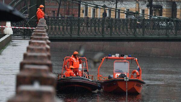 Сотрудники поисково-спасательной службы участвуют в следственных действиях на реке Мойке в Санкт-Петербурге. 10 ноября 2019