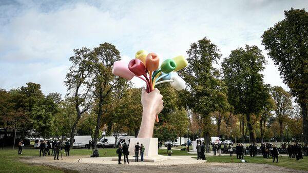 Скульптура Джеффа Кунса Букет тюльпанов в Париже