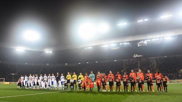 Футболисты киевского Динамо и Шахтера перед началом матча