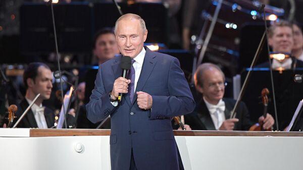 Президент РФ Владимир Путин на юбилейном вечере композитора, народной артистки СССР Александры Пахмутовой в Большом театре России