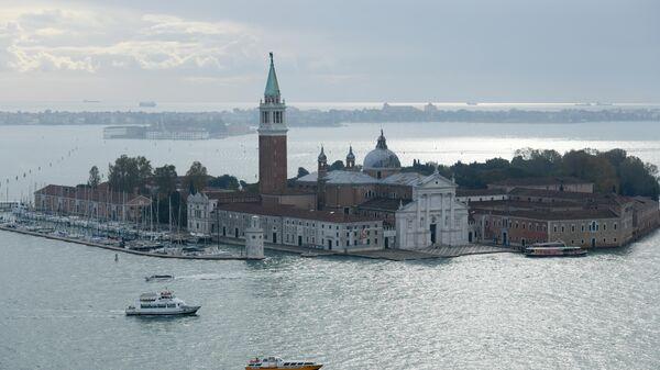Собор Сан-Джорджо Маджоре на одноименном острове и гранд-канал в Венеции
