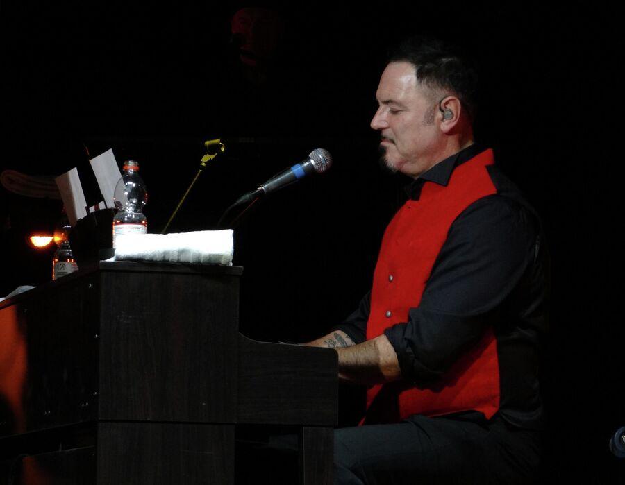 Максим Леонидов во время концерта бит-квартета Секрет в Нюрнберге. 2017 год