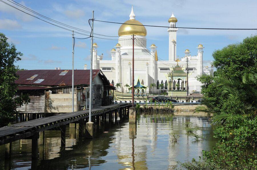 Вид на мечеть Омара Али Сайфуддина в Брунее