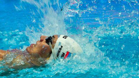 Анастасия Фесикова (Россия) в соревнованиях по плаванию на спине на дистанции 100 м среди женщин на XVIII чемпионате мира по водным видам спорта в южнокорейском Кванджу.