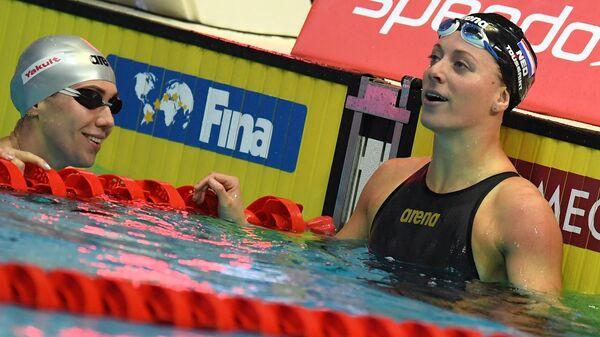 Слева направо: Анастасия Фесикова (Россия) и Кира Туссен (Нидерланды) в финальных соревнованиях по плаванию на дистанции 50 м на спине среди женщин на VI этапе Кубка мира по плаванию в Казани.