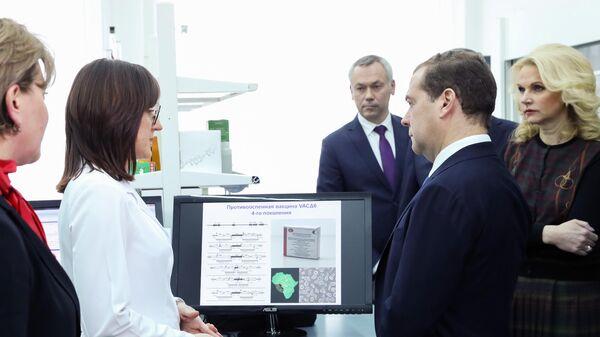 Председатель правительства РФ Дмитрий Медведев во время посещения Государственного научного центра вирусологии и биотехнологии Вектор в Новосибирске