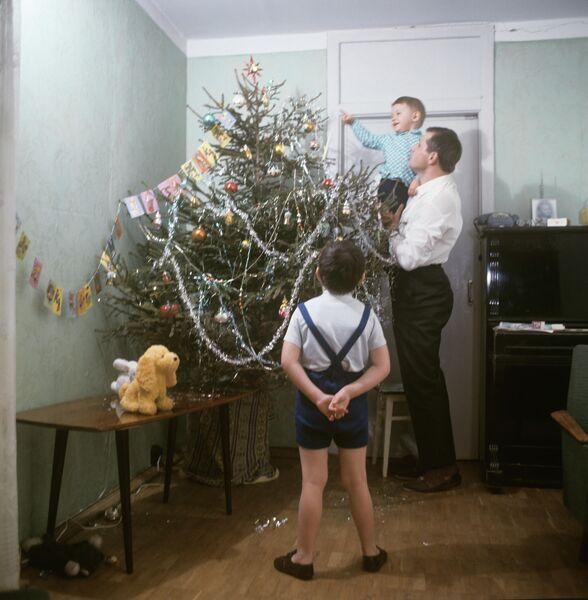 Новый год в семье инженера московского проектного института Гипротис Госстроя СССР Александра Гуськова