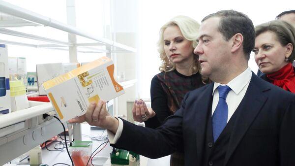 Председатель правительства РФ Дмитрий Медведев во время посещения Государственного научного центра вирусологии и биотехнологии Вектор в Новосибирске. 12 ноября 2019