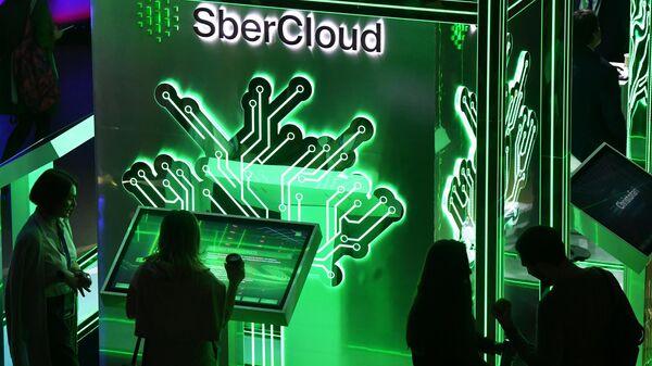 Посетители конференции по искусственному интеллекту Artificial Intelligence Journey (AIJ) в Москве у монитора с презентацией суперкомпьютера Кристофари