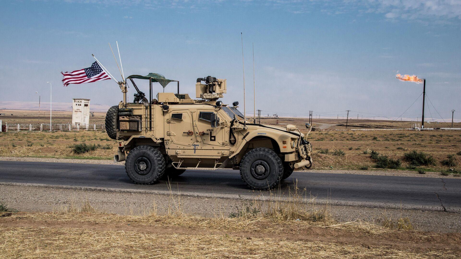 Американский военный автомобиль патрулируют сирийские нефтяные месторождения - РИА Новости, 1920, 29.02.2020