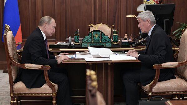 Владимир Путин и директор Федеральной службы по финансовому мониторингу Юрий Чиханчин во время встречи