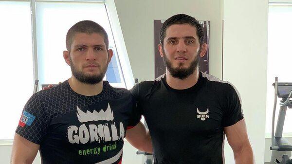 Российские бойцы ММА Хабиб Нурмагомедов (справа) и Ислам Махачев