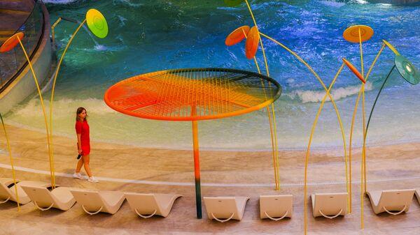Искусственный пляж во дворце водных видов спорта в Лужниках в Москве