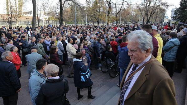 Сторонники премьер-министра Молдавии Майи Санду у здания парламента Молдавии в Кишиневе. 12 ноября 2019