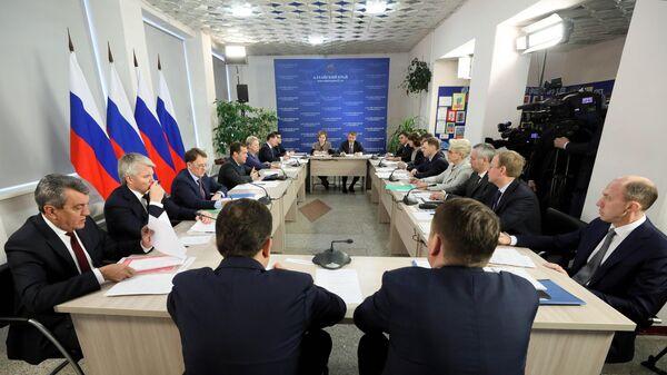 Председатель правительства РФ Дмитрий Медведев проводит совещание в селе Санниково Алтайского края. 13 ноября 2019