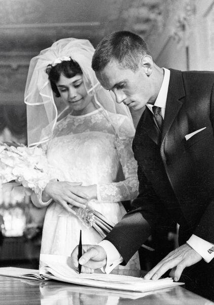 Известные советские гимнасты Зинаида Дружинина и Михаил Воронин во время церемонии бракосочетания.